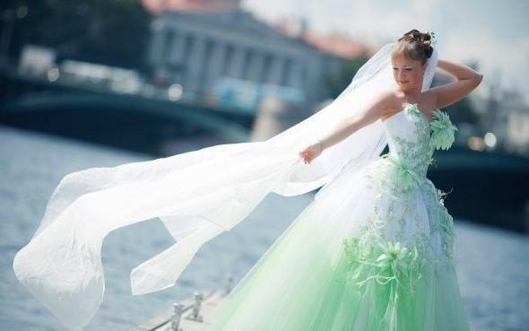 Vlasy mohou být doplněny o zelené stuhy nebo originální květinový věnec.  Šaty pro družičky mohou být zcela zelené 3ac76eb149